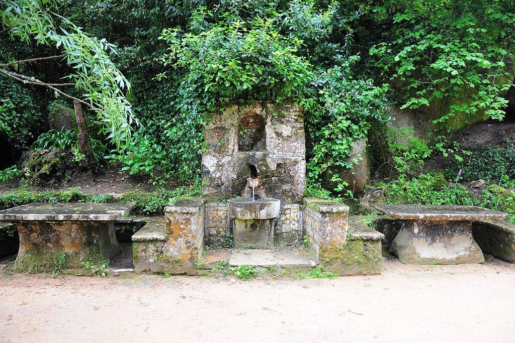 Фонтан и столы у монастыря капуцинов