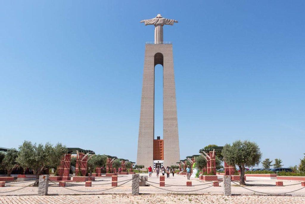 Смотровая площадка у статуи христа в Лиссабоне