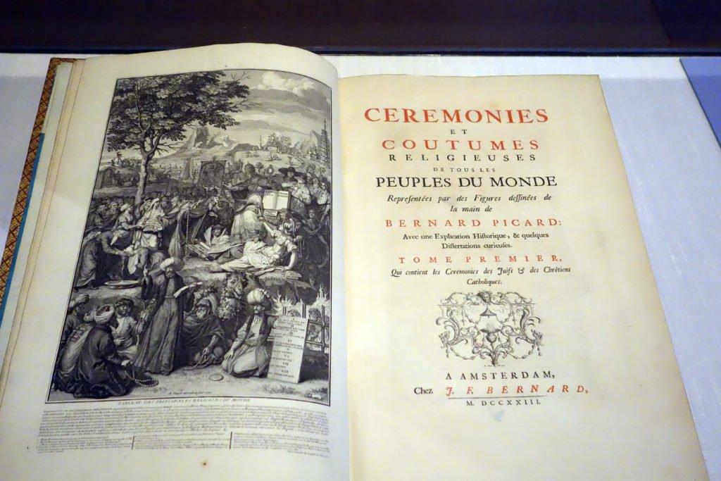 значительную часть коллекции составили книги