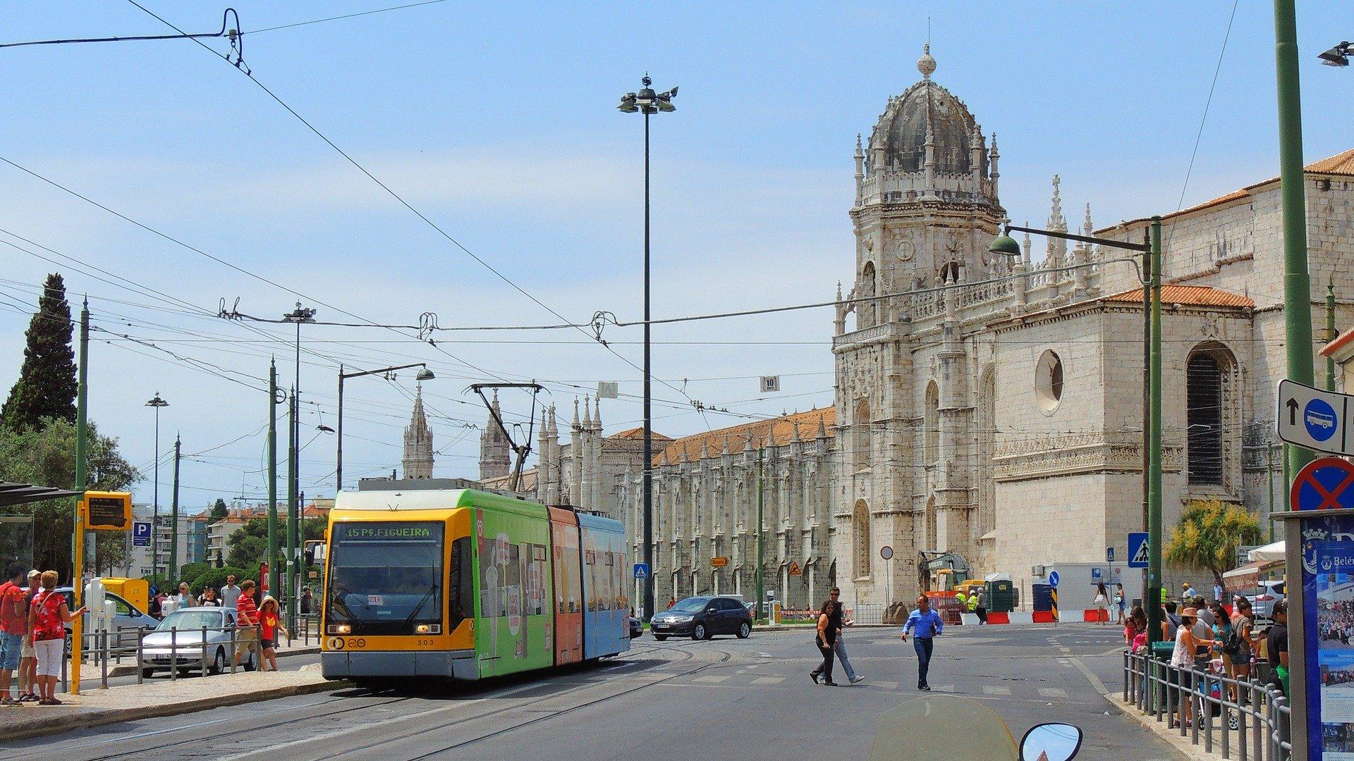 Современный трамвай в Лиссабоне