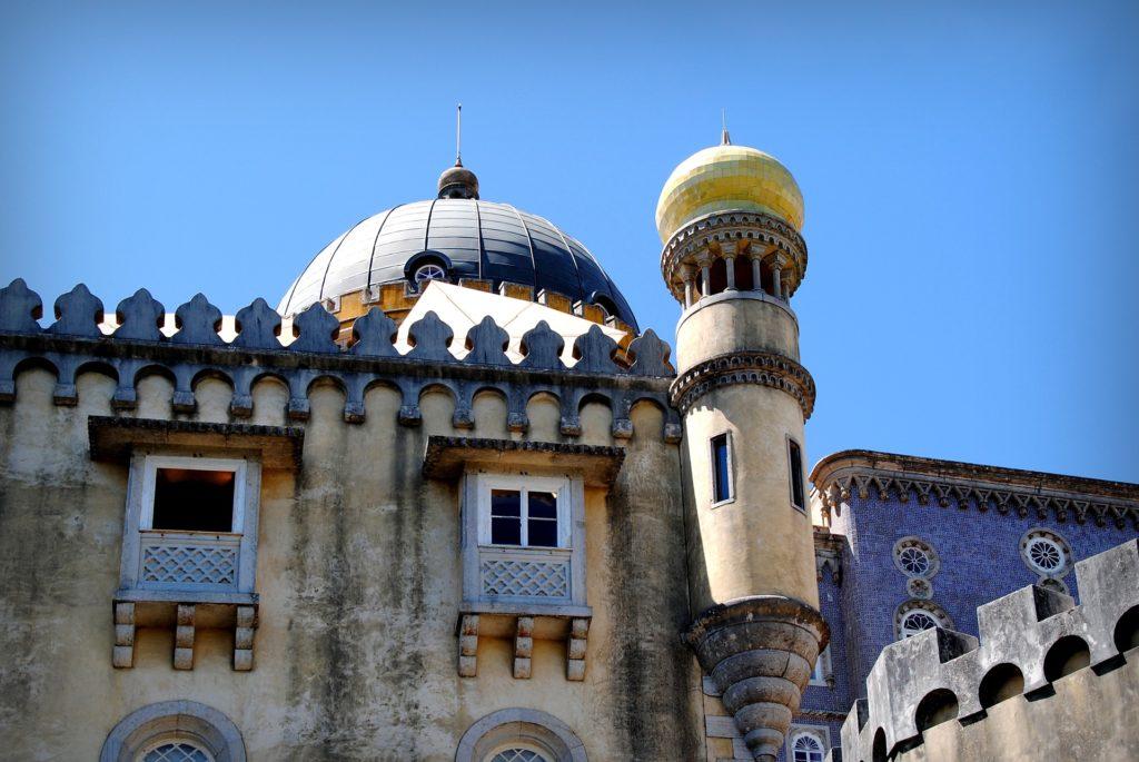 дворец, похожий на крепость