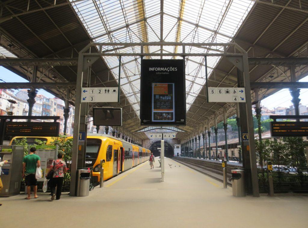 поезда на вокзале Порту