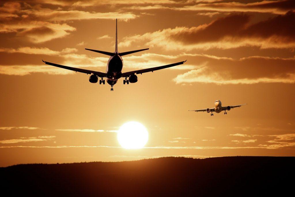 Самолеты идут на посадку и взлет