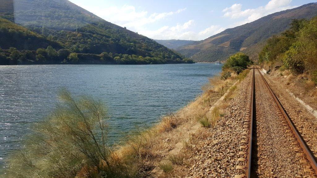 Железная дорога вдоль реки дору