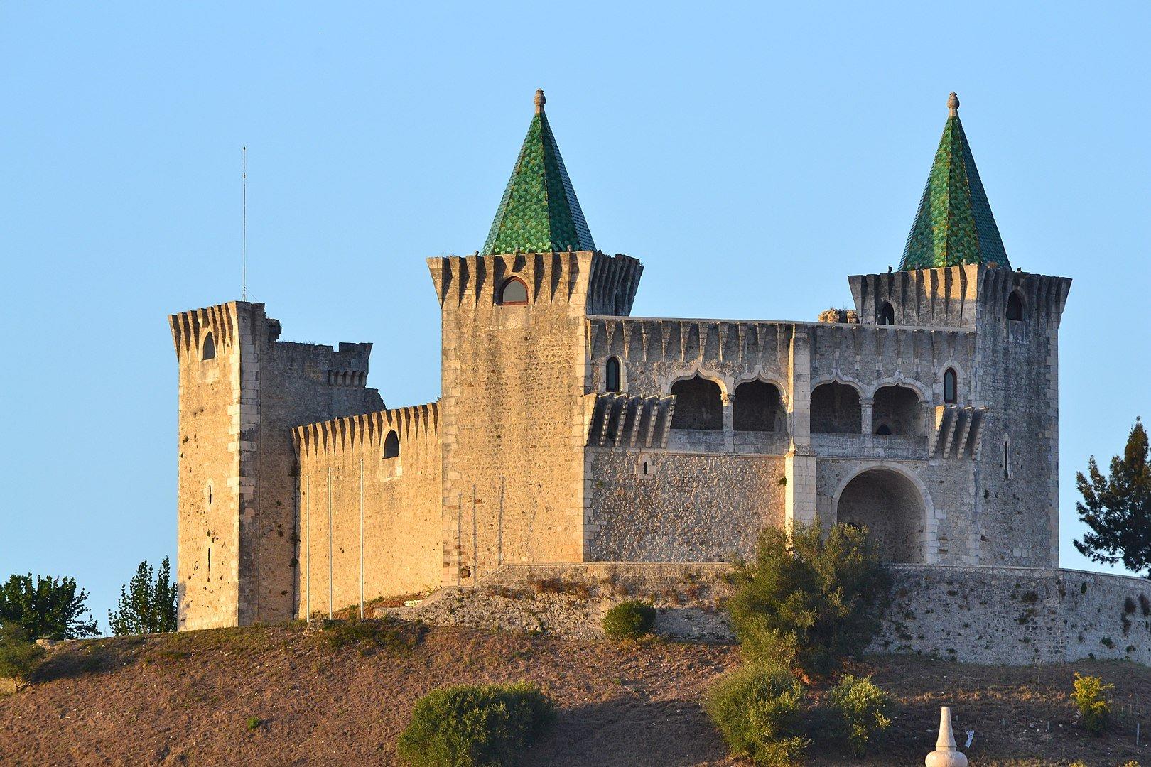 Замок недалеко от города Баталья