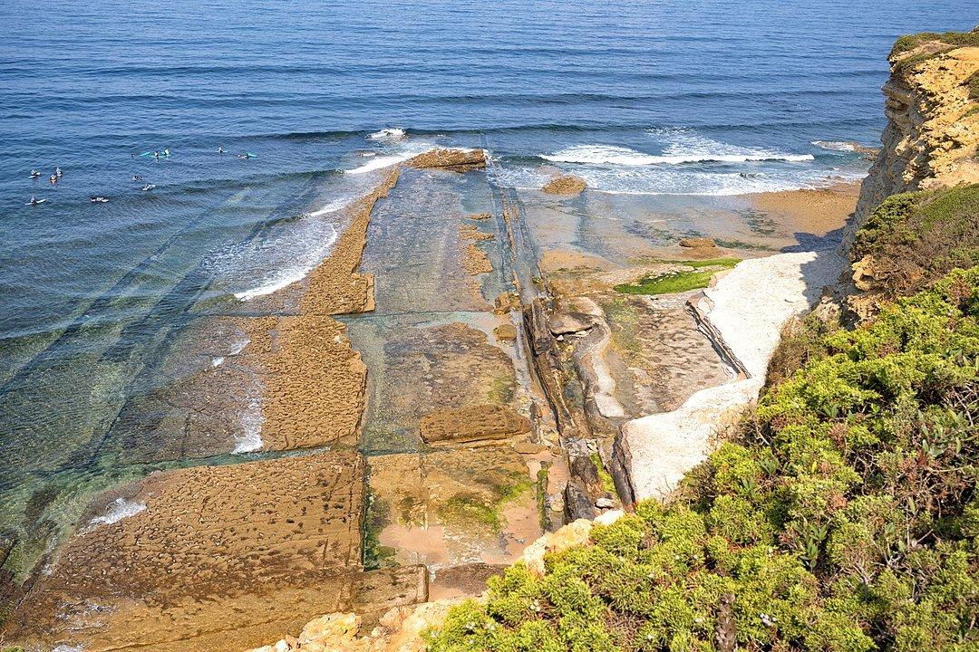Огромные камни врезаются в океан